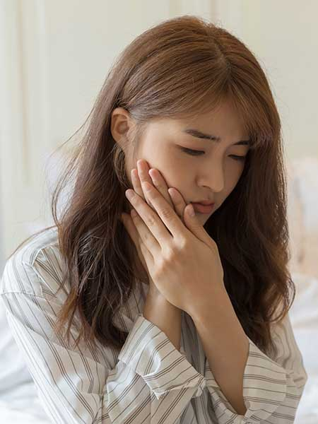 abscessed-tooth-asian-girl-feeling-pain-dental-care